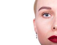 Orli sexy Dettaglio rosso di trucco del labbro di bellezza Primo piano del fronte della donna di modello di bellezza metà del fro Immagini Stock