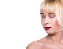 Orli sexy Dettaglio rosso di trucco del labbro di bellezza Primo piano del fronte della donna di modello di bellezza metà del fro Fotografia Stock