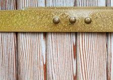 Orlo d'ottone invecchiato, fondo di legno naturale del modello Fotografia Stock Libera da Diritti