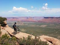 Orlo dell'istrice di ciclismo di montagna fotografie stock libere da diritti