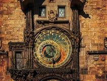 Orloj astronomisk klocka i Prague. Tjeckien mörka färger Royaltyfri Fotografi