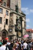 _Orloj_crowds do namesti de Staromestske Foto de Stock Royalty Free