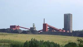ORLOVA PIGRO, REPUBBLICA CECA, IL 1° OTTOBRE 2016: Miniera di carbone nera, estrazione del carbone di superficie ripresa stock footage