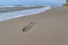 Orma sulla sabbia sulla spiaggia del mare Fotografie Stock Libere da Diritti