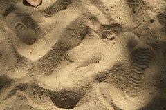 Orma sulla spiaggia della sabbia Camminando sulla spiaggia Fotografia Stock Libera da Diritti
