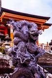 Ormdrakeförmyndare av den Kiyomizu deraen arkivfoton