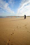 Orme alla spiaggia Immagini Stock