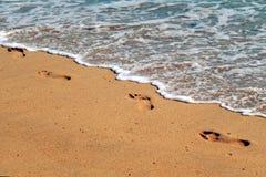 Orme alla spiaggia Fotografia Stock