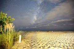 Orme della spiaggia con milkyway Fotografie Stock Libere da Diritti