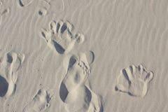 Orme di un bambino nella sabbia immagine stock