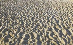 Orme nella sabbia nella sera, la costa di mare Fotografie Stock
