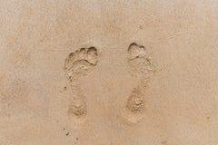 Orme nella sabbia Spiaggia sabbiosa un giorno di estate soleggiato immagini stock