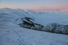 Orme sulla neve, tramonto sulle colline nell'inverno, Sibillini Fotografia Stock Libera da Diritti