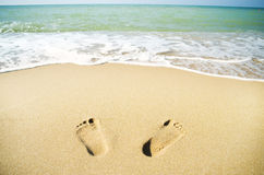 Orme sulla sabbia della spiaggia Fotografie Stock Libere da Diritti