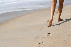 Orme sulla spiaggia sabbiosa fotografie stock libere da diritti