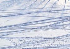 Orme umane e delle piste che attraversano il pæse dello sci sulla neve Fotografie Stock Libere da Diritti