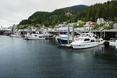 Ormeggio e case calmi sulla cresta che trascura il porto, Ketchikan, Alaska Immagini Stock Libere da Diritti