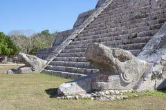 Ormhuvud av den El Castillo pyramiden på Chichen Itza Royaltyfri Foto