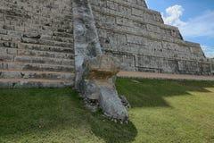Ormhuvud på norrsidan av templet Chichen Itza plats i Yucatan, Mexico Arkivbild