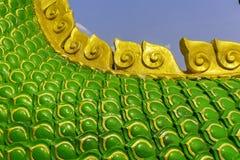 Ormkonung eller konung av nagastatyn i thai tempel på bakgrund för blå himmel Fotografering för Bildbyråer