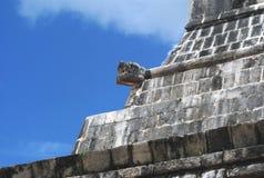 Ormskulptur, storslagna Ballcourt fasaddetaljer i Chichen Itza, Mexico Arkivfoto