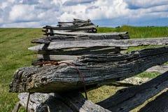 Ormstångstaket, fält och moln Fotografering för Bildbyråer