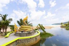 Ormstatygränsmärke av den Karon stranden, Phuket Thailand royaltyfri fotografi