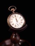 Ornament o relógio de bolso velho decorado do ouro e da prata no suporte de madeira Fotos de Stock Royalty Free