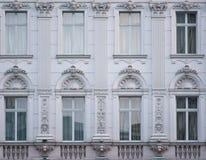 Ornament, postać, okno i szczegóły w Bucharest miasta architektonicznej sztuce w Europa, fotografia stock