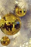 Ornament van de Kerstmis het gouden bal op kunstmatige witte pijnboomboom Stock Afbeelding
