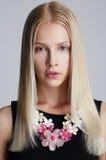 ornamentacja Snazzy Blond kobieta z Kwiecistą kolią zdjęcie stock