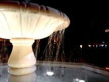 Ornamentacyjna fontanny woda pod światłem przy nocą fotografia royalty free