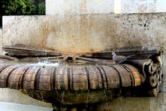Ornamentacyjna wodna fontanna i popielaty gołąb pije na nim obraz royalty free