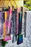 Ornamentacyjni szaliki przy kramem podczas Ryskich bożych narodzeń wprowadzać na rynek Fotografia Stock
