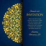 Ornamentacyjny błękit z złocistym hafciarskim zaproszeniem Zdjęcie Stock