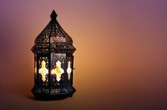 Ornamentacyjny ciemny marokańczyk, Arabski lampion na stole Płonąca świeczka w nocy Kartka z pozdrowieniami dla Muzułmańskiej spo zdjęcie royalty free