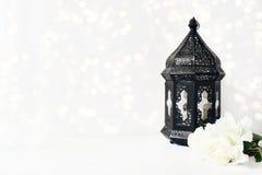 Ornamentacyjny ciemny marokańczyk, Arabski lampion z peonią kwitnie na biel stołowych i błyskotliwych bokeh światłach 2007 pozdro zdjęcie royalty free