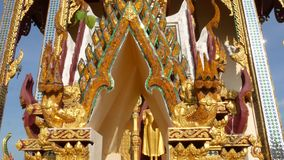 Ornamentacyjny dach orientalna świątynia Złoty ornamentacyjny dach tradycyjna Azjatycka świątynia przeciw bezchmurnemu niebieskie zbiory