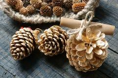 Ornamental, Navidad, cono del pino de la Navidad, hecho a mano Imágenes de archivo libres de regalías