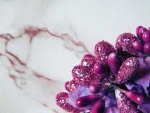 Ornamentals secs brillants de décoration de rose sur le fond de marbre images stock