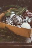 Ornamentals velhos do Natal na caixa Imagem de Stock
