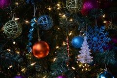 Ornamenten bij Kerstboom Stock Foto