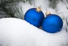 Ornamenten op sneeuwboom Royalty-vrije Stock Foto