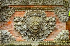 Ornamenti antichi sui mura di mattoni trovati a Yogyakarta, Indonesia fotografia stock