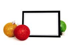 Ornamenti/bagattella di natale intorno ad una scheda di nota Fotografia Stock
