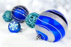 Ornamenti blu di Natale in neve Immagine Stock