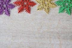 Ornamenti del fiocco della neve su fondo di legno con lo spazio della copia Immagine Stock Libera da Diritti