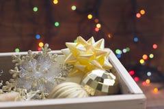Ornamenti del nuovo anno su un fondo vago del bokeh Fotografie Stock