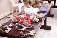 Ornamenti del nuovo anno su una tabella Fotografie Stock