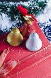 Ornamenti del segnalatore acustico di natale Fotografia Stock